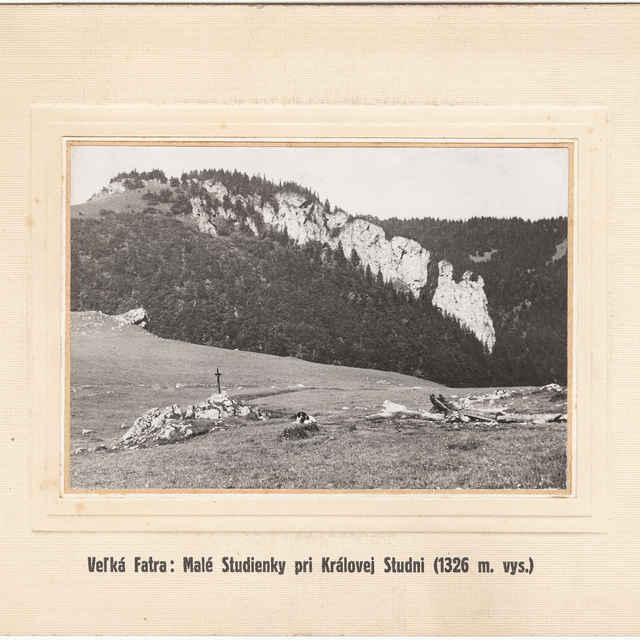 Veľká Fatra - Kráľová studňa, prameň (1325 m.n.m.) v pozadí Marková skala
