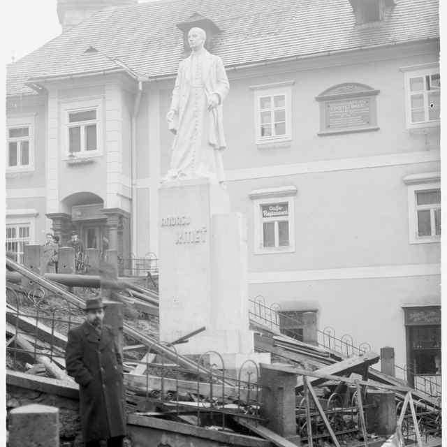 Sklený negatív, socha Andreja Kmeťa