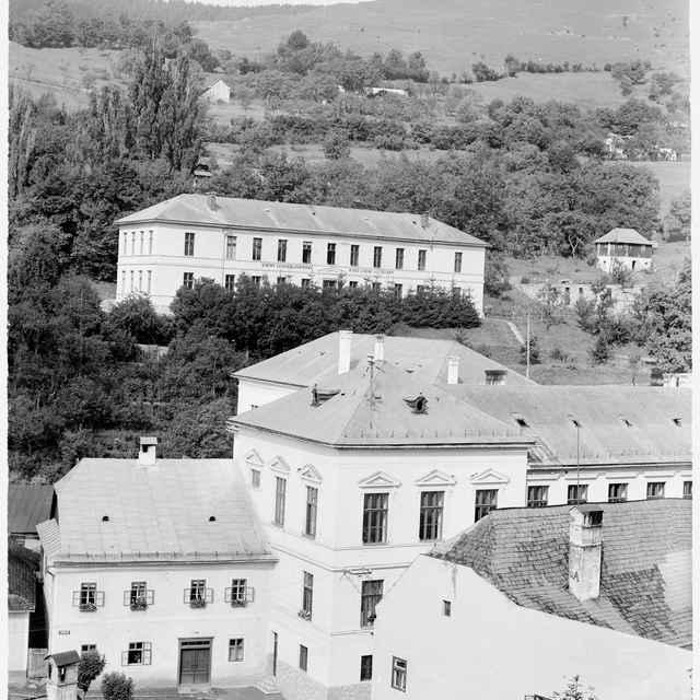Sklený negatív, budova učiteľského ústavu
