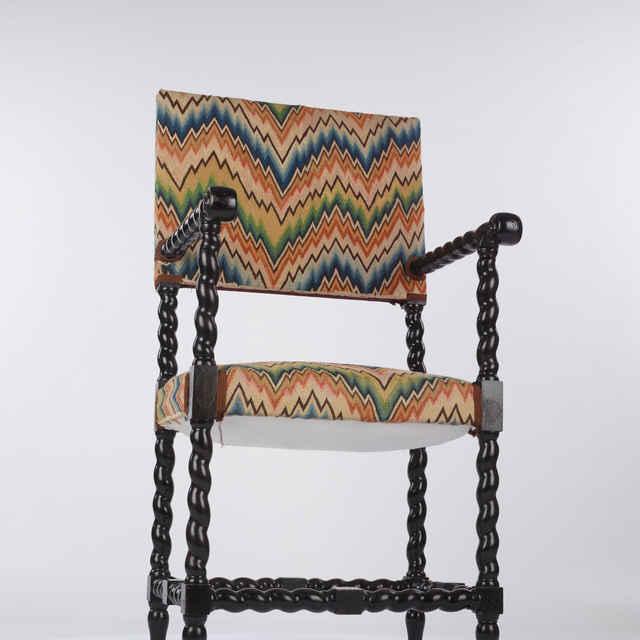 Stolička celočalúnená s vyšívaným poťahom