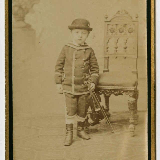 Fotografia chlapčeka s husľami