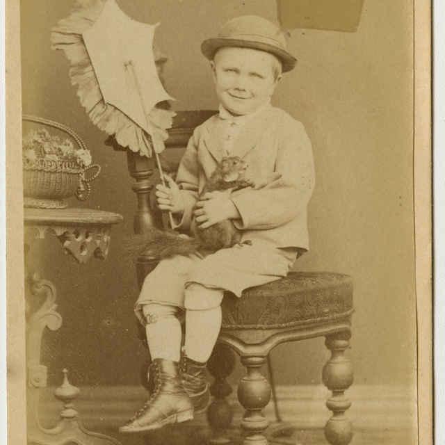 Fotografia chlapčeka v klobúku