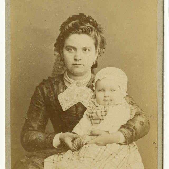 Fotografia mladej ženy s dieťaťom - Muzeálny objekt
