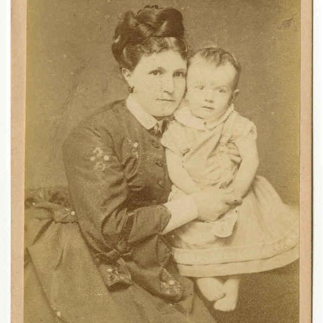 Fotografia ženy s dieťaťom - Muzeálny objekt