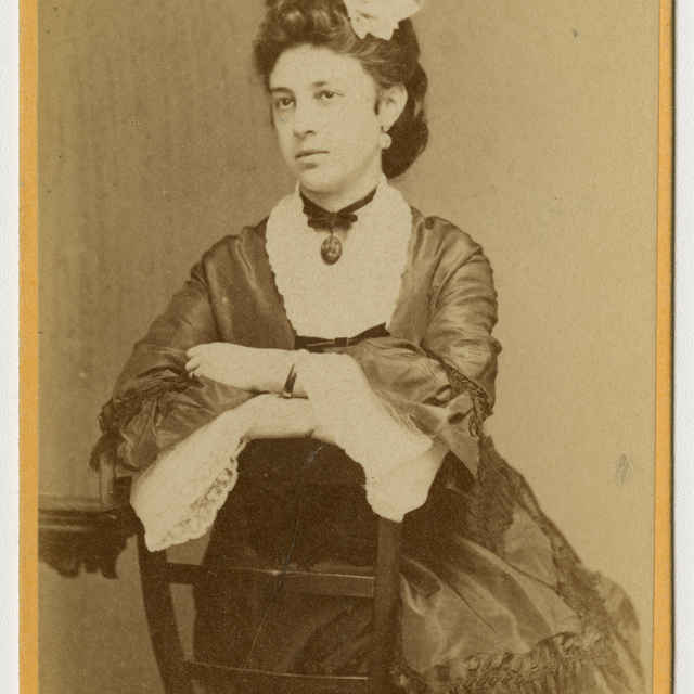 Fotografia sediacej ženy