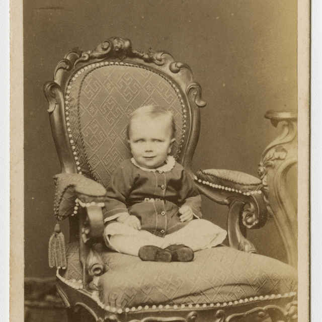 Fotografia dieťaťa v kresle - Muzeálny objekt