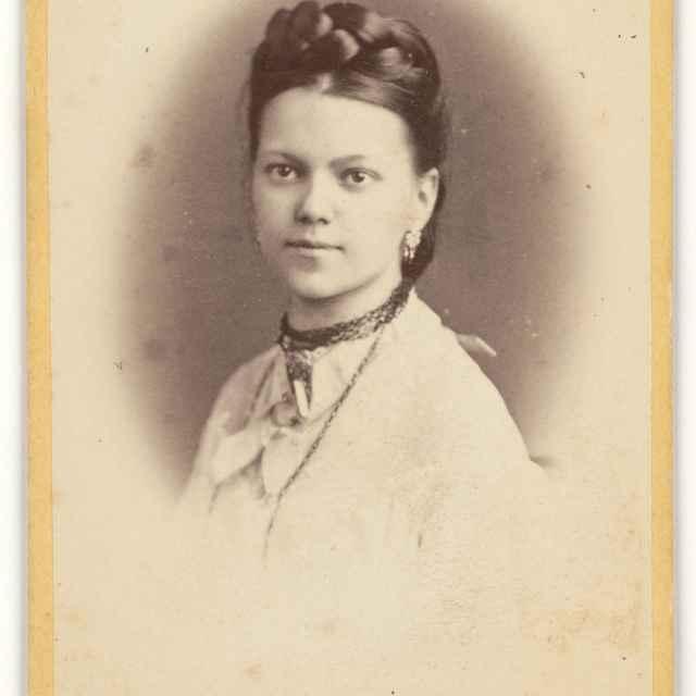 Dievčenský portrét v ovále - Kozič, Eduard