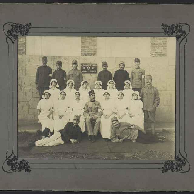 Fotografia - sestry s vojakmi za I. svetovej vojny - Reková, Matilda