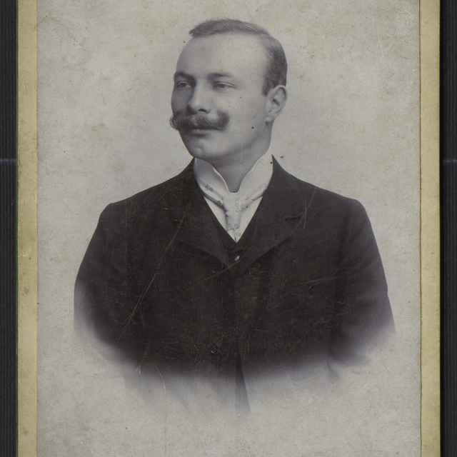 Fotografia - portrét muža - neznámy (korporácia)