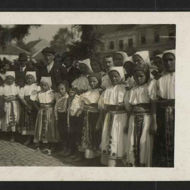 Fotografia dievčat v kroji v Novom Meste n. V.