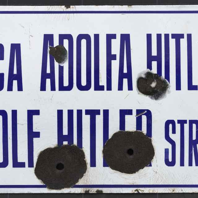 Tabuľka s označením Ulica Adolfa Hitlera - Adolf Hitler Strasse