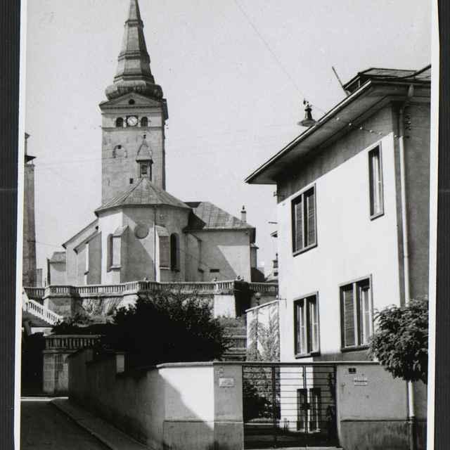 Fotografia čiernobiela - záber na časť Farského kostola v Žiline, 30-té roky 20. storočia - Tatár, Július