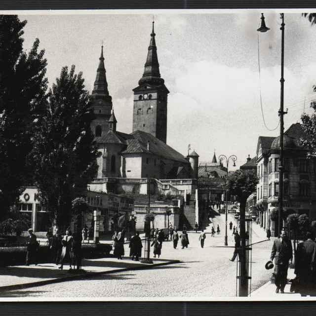 Fotografia čiernobiela - Žilina, záber na Farský kostol, 30-te roky 20. storočia - Tatár, Július