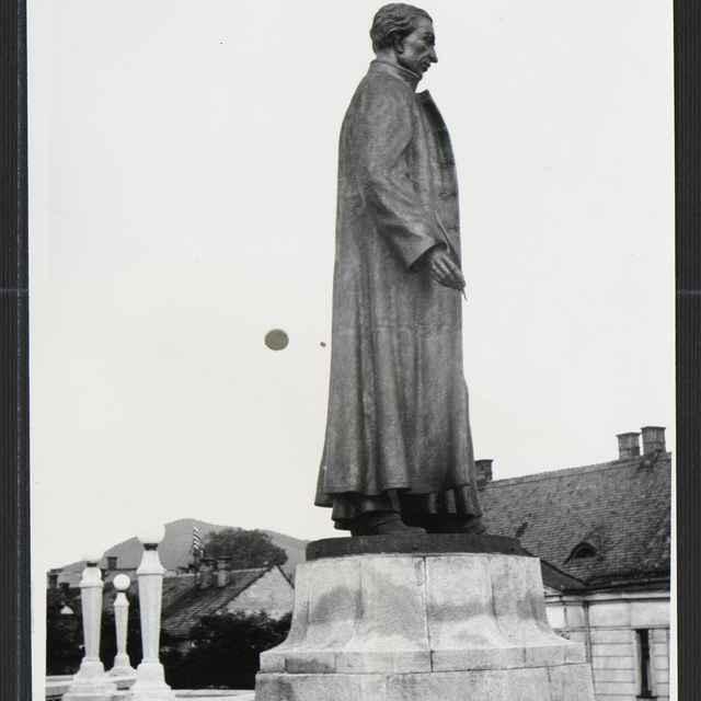 Fotografia čiernobiela - socha A. Bernoláka pri Farkom kostole v Žiline, 30-té roky 20. storočia - Tatár, Július