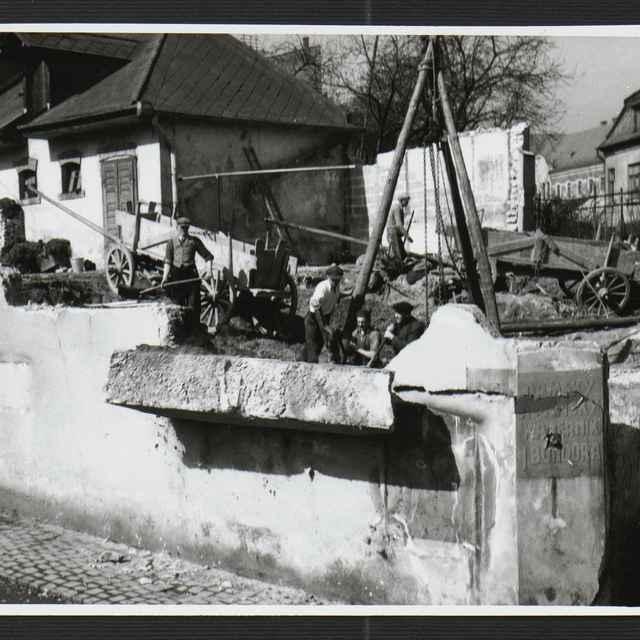 Fotografia čiernobiela - búranie domov na Fučíkovej ulici v Žiline, rok 1930-1936 - Tatár, Július