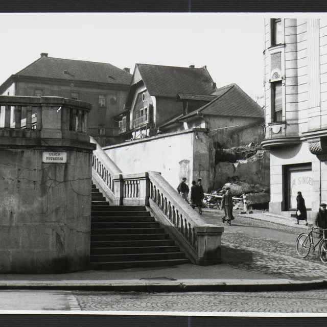 Fotografia čiernobiela - asanácia domov na Fučíkovej ulici v Žiline, v pozadí Žilinská fara, 1930-1936 - Tatár, Július