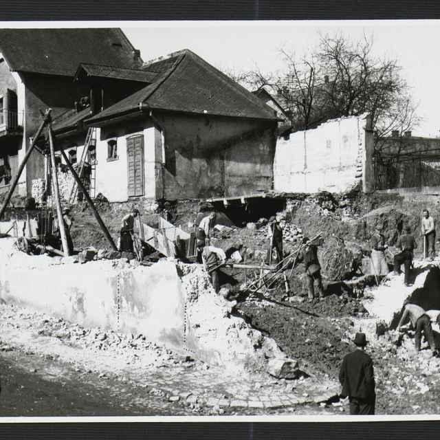 Fotografia čiernobiela - asanácia domov na Fučíkovej ulici v Žiline, rok 1930-1936 - Tatár, Július
