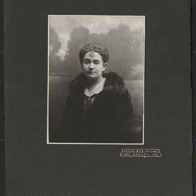Fotografia ateliérová, portrét ženy - neznámy (osobné meno)
