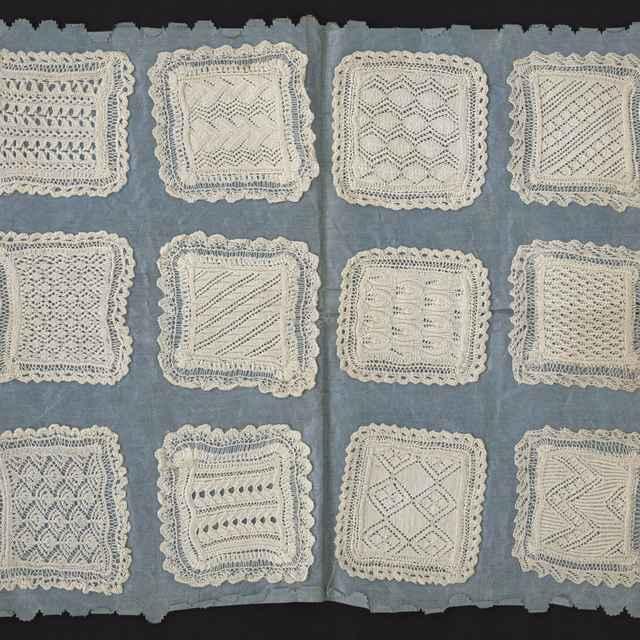 vzorkovnica pletených dečiek upevnených na modrom plátne