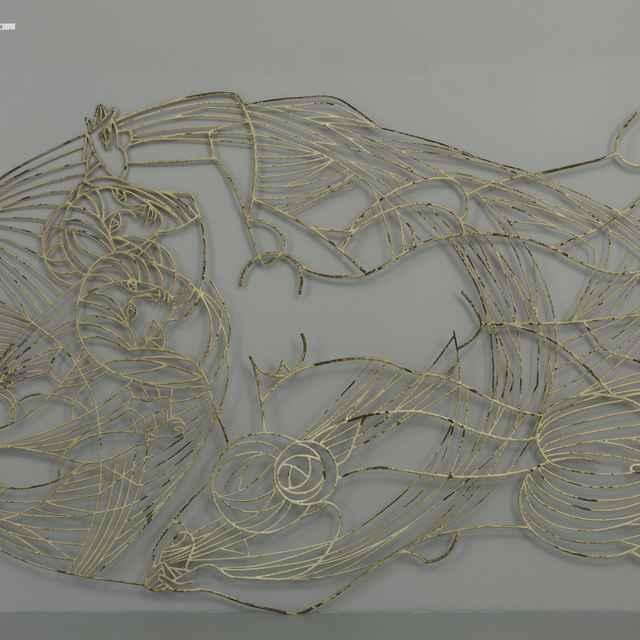 Plastika drôtená, Tri grácie, kovaný železný <u>drôt</u>, biely náter, 2. pol. 20. st., v. cca 220cm, mierne zdeformovaná, náter opadaný
