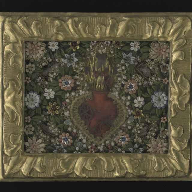 Obraz kláštorný, v strede srdce, tŕňová koruna, plamienok a krížik, textilné a kovové nite, profilovaný pozlátený rám, 26,5x22,5cm