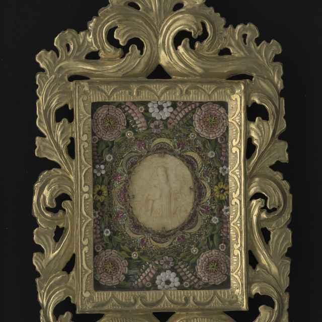 Obraz kláštorný v ráme - sv. Benedikt, voskový reliéf, textilné a kovové nite, vyrezávaný a pozlátený rám 43x26cm