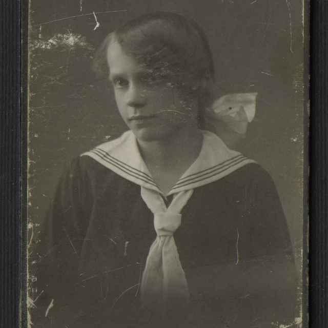 Fotografia dievčaťa v školskej rovnošate - neznámy (osobné meno)