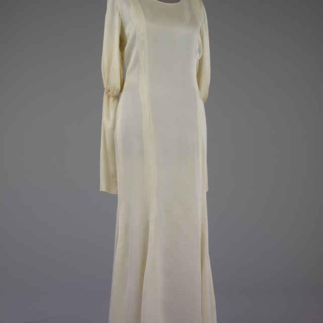 Šaty - biely satén, princes, dolu rozšírené, krátke rukávy, pod nimi zvlášť vložené dlhé, kombiné