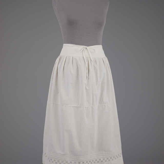 Sukňa spodná, dámska, 3 zámiky, biela výšivka, široký pás, 20. roky 20. stor.