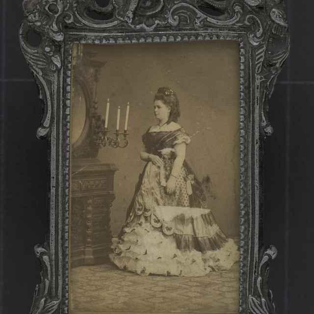 Portrét mladej ženy v ráme.