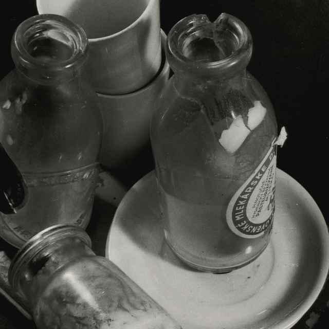 Kompozícia sfľašami mlieka - Dohnány, Miloš