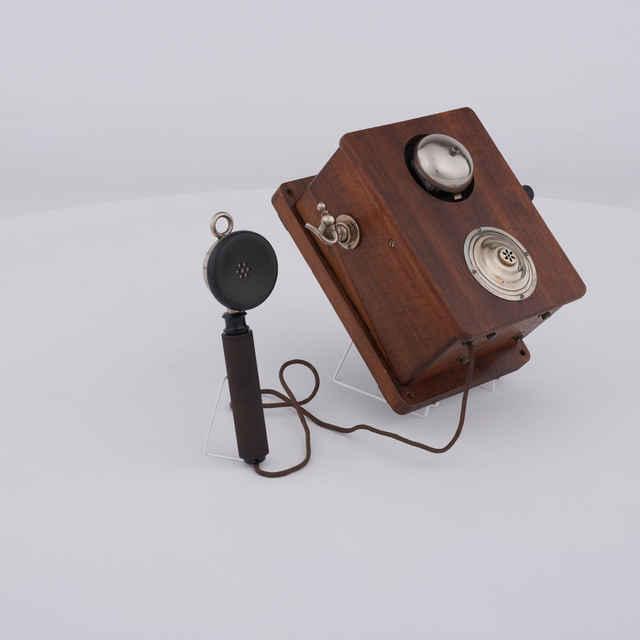 Telefón induktorový nástenný