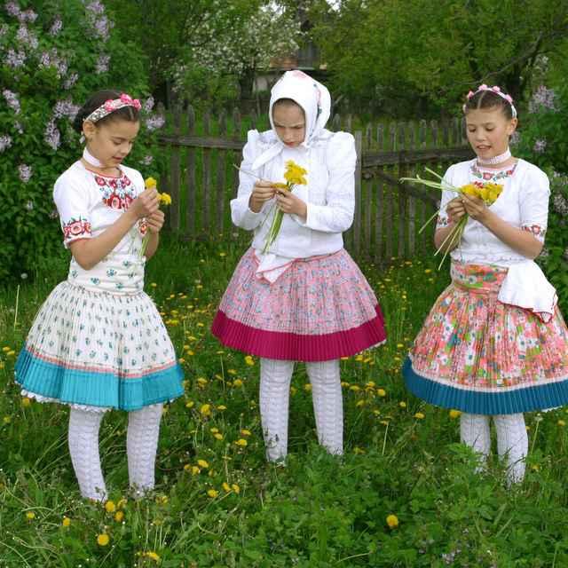 Dievčenský odev z Príbeliec