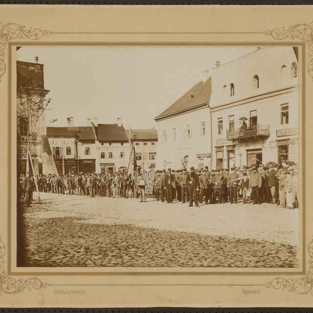 Foto streleckého spolku na námestí v Kežmarku pred odchodom na kráľovskú streľbu 7. augusta 1897 - Czehula Ferencz