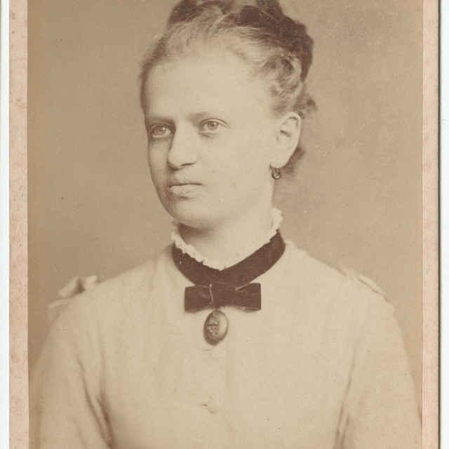 Fotografia mladej ženy (z albumu)