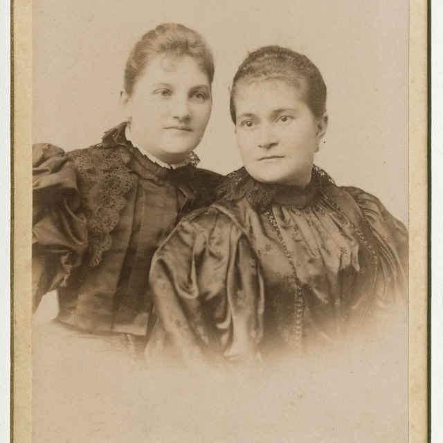 Fotografia dvoch mladých žien - Muzeálny objekt