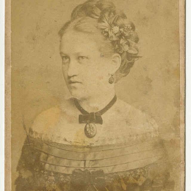 Fotografia mladej ženy - Muzeálny objekt
