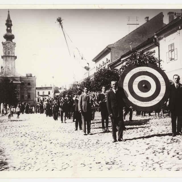 Foto pochodujúcich členov streleckého spolku na námestí v Kežmarku - Grosz Alfréd