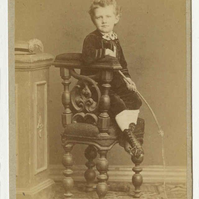 Fotografia chlapca s bičíkom - Muzeálny objekt
