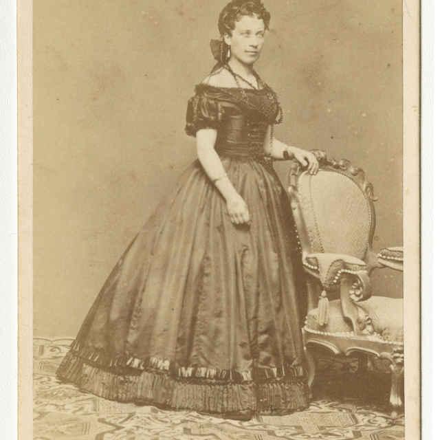 Fotografia dámy v krinolíne - Muzeálny objekt