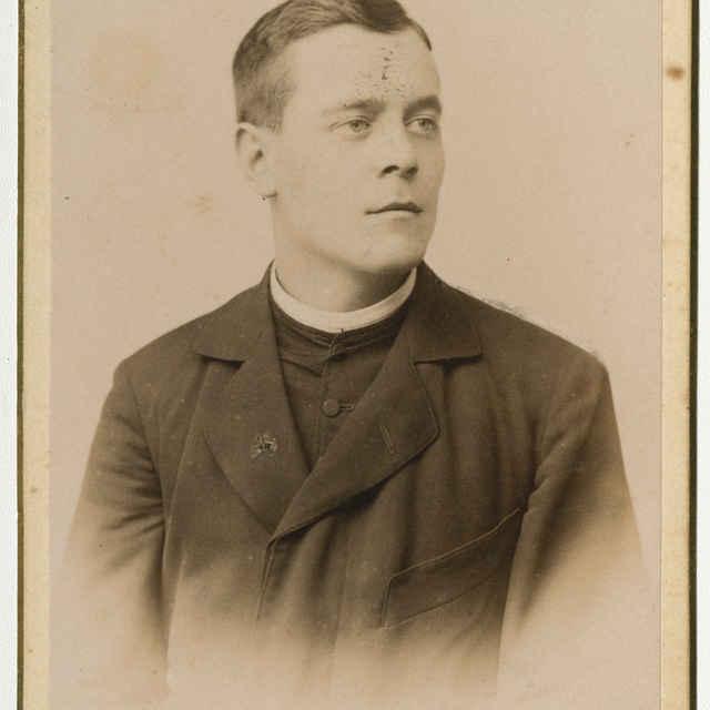 Fotografia neznámeho kňaza v civile