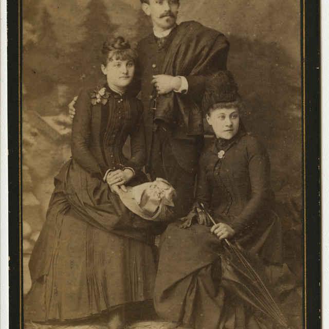 Fotografia muža a dvoch žien