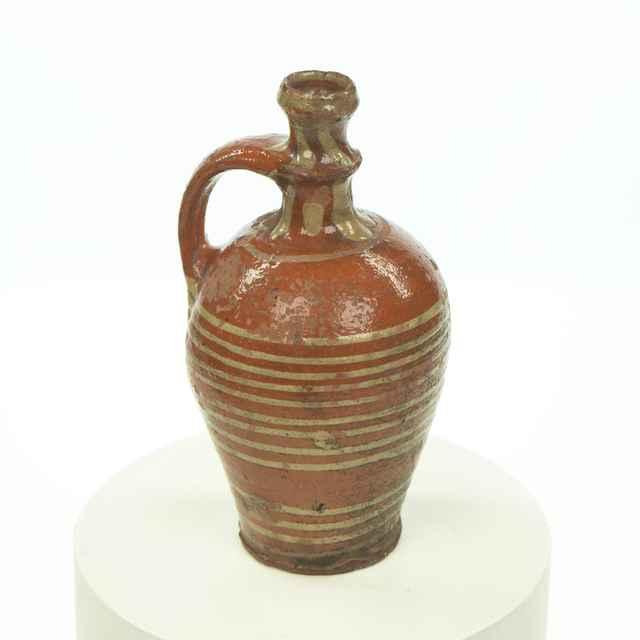 Džbánok hlinený so škoricovou polevou, zdobený