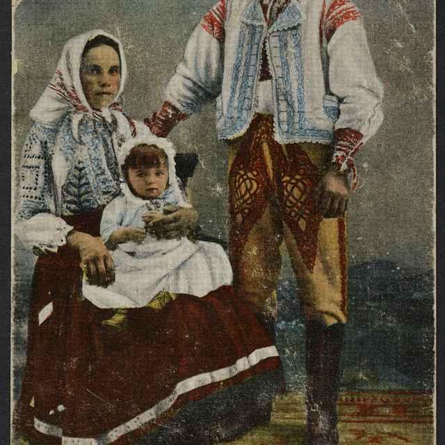 pohľadnica kolorovaná, J. Bartovicová s rodičmi, 1913